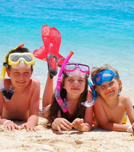Enfants à la plage de l'hôtel