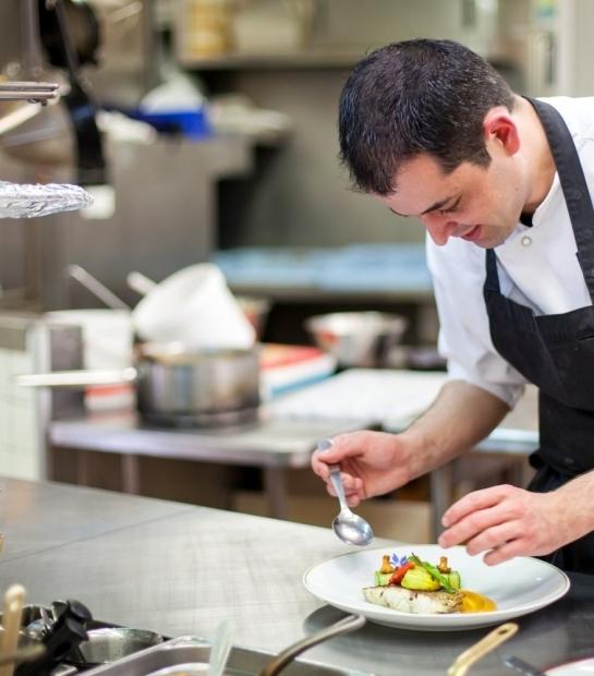 Il cuoco che prepara i piatti tipici