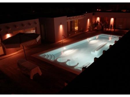 Foto notturna piscina