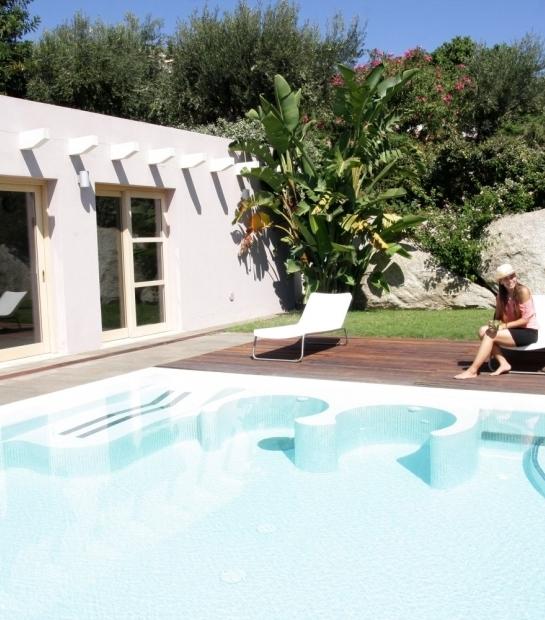 Piscine avec terrasse ensoleillée