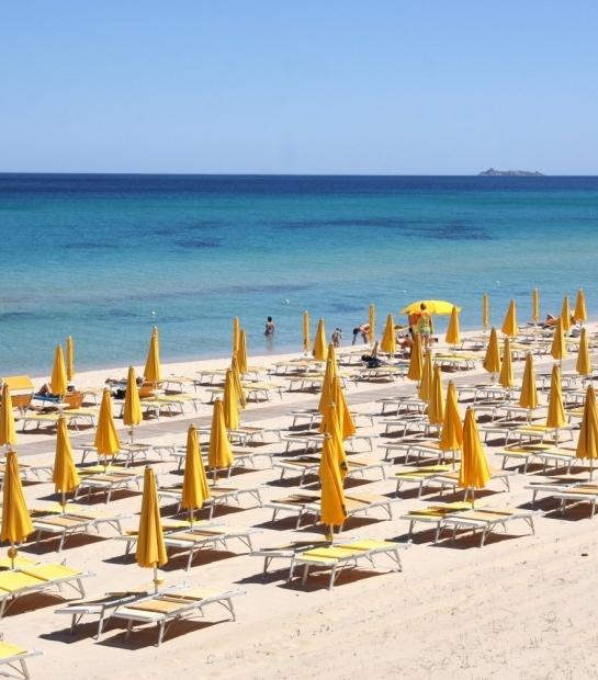 Spiaggia dell'Hotel con ombrelloni